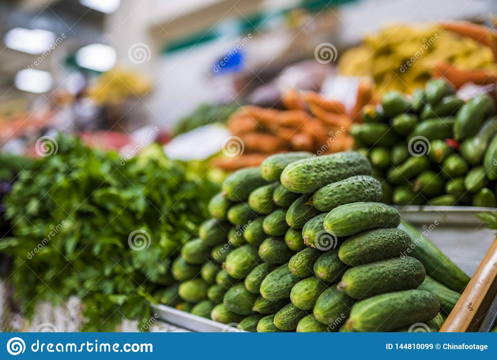 Duży wybór świezi owoc i warzywo na rynku