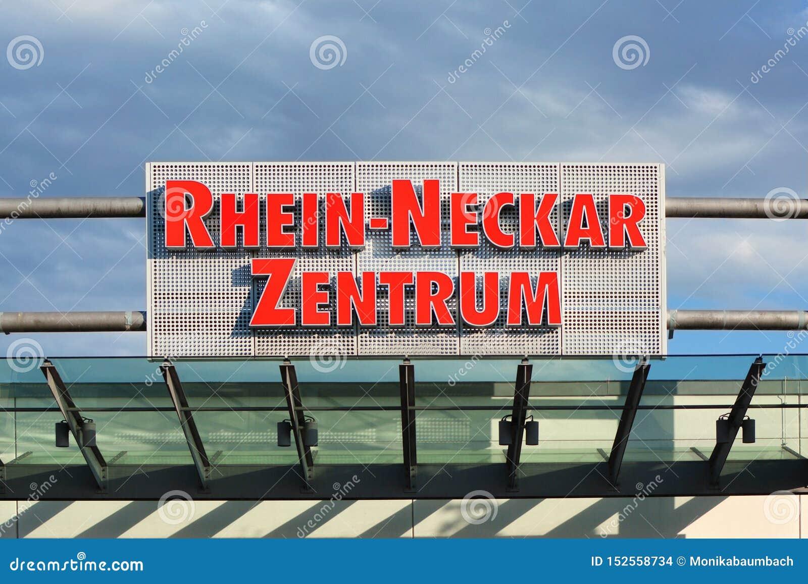 Duży znak nad wejście centrum handlowe dzwonił «Rhein Neckar Zentrum «przed niebieskim niebem