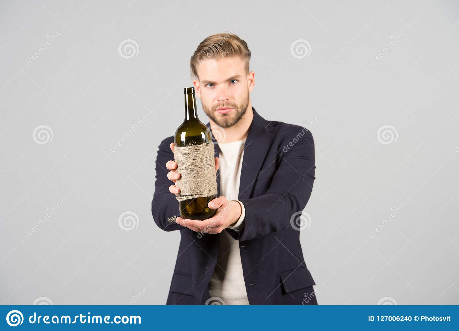 Du gillar att försöka detta Sommeliererbjudandeflaska av vin Yrkesmässigt vindegustationbegrepp Formell dräkt för man med