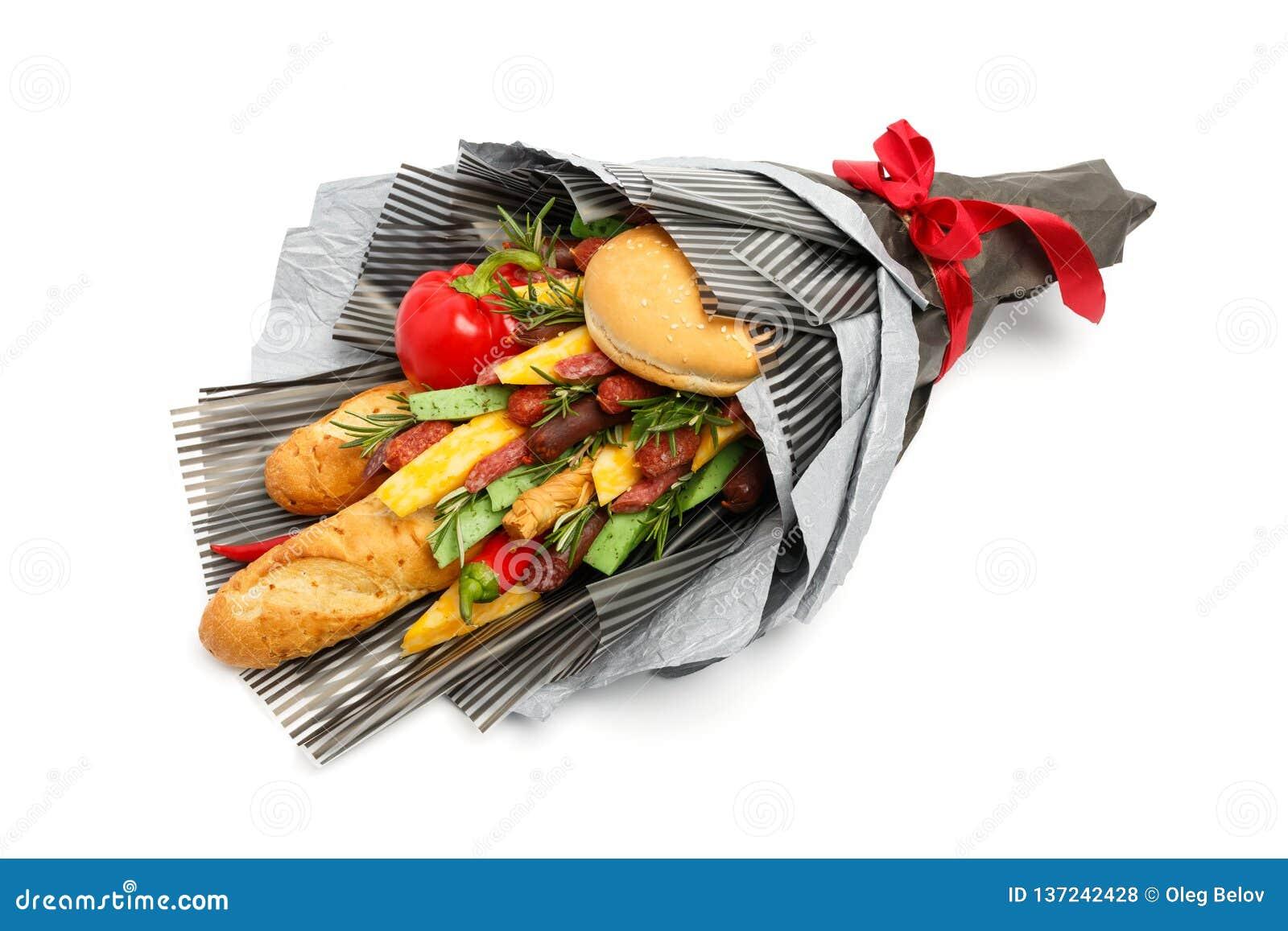 Du pain de blé, le petit pain de sésame, le fromage de différentes variétés, les saucisses et le poivre sont enveloppés en papier