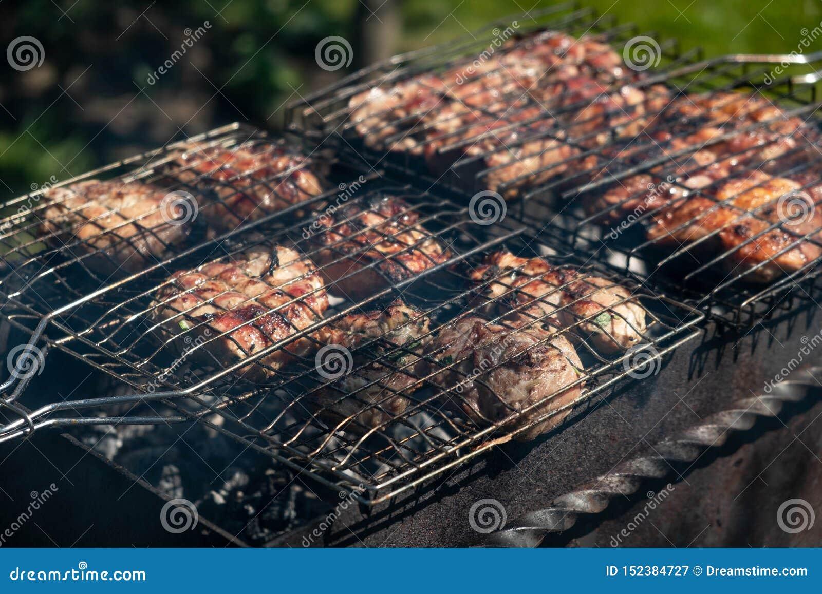 Du porc grillé sont faits cuire dehors, pique-nique d été
