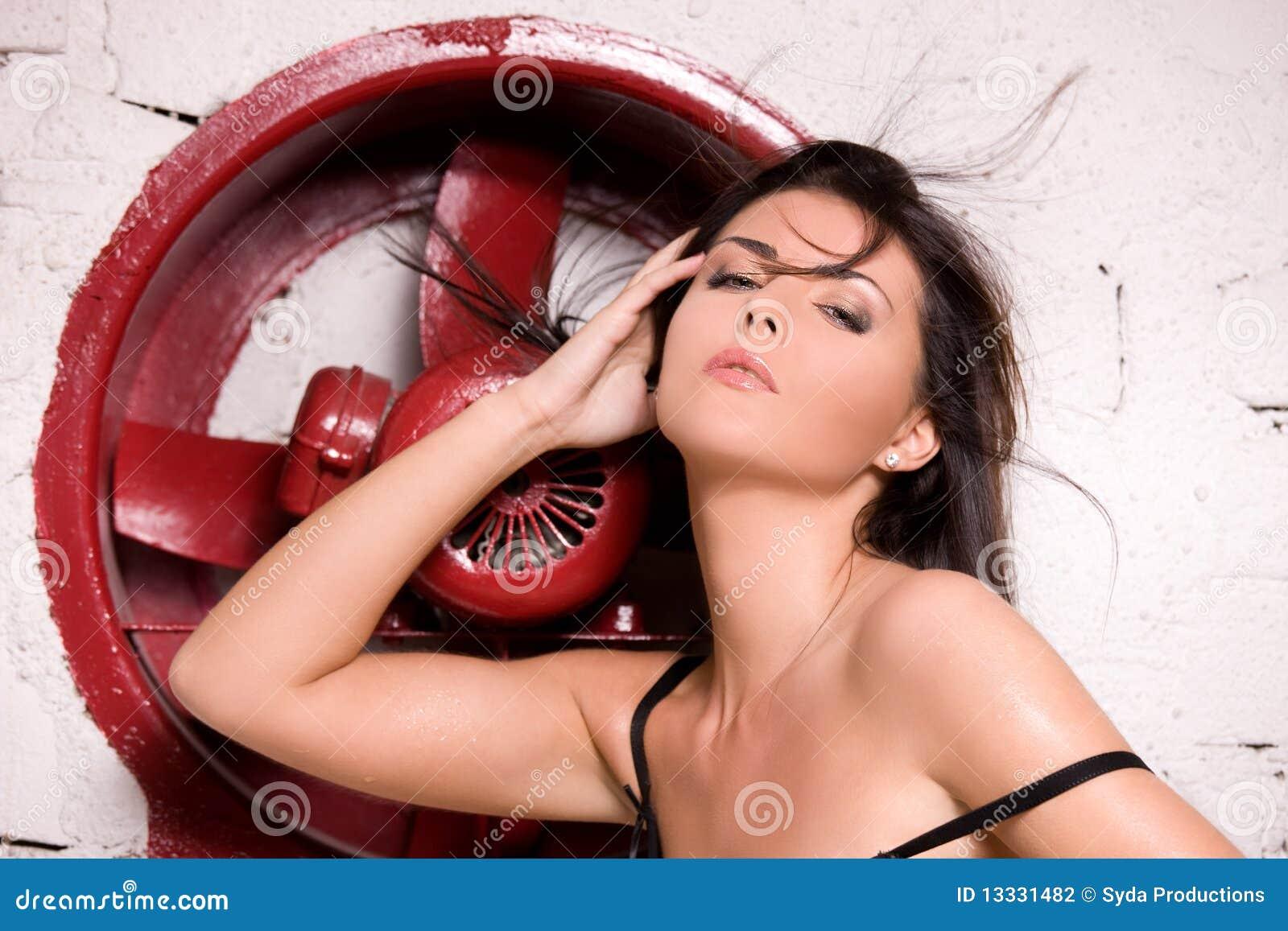 Duży czarny fan bielizny czerwieni kobieta