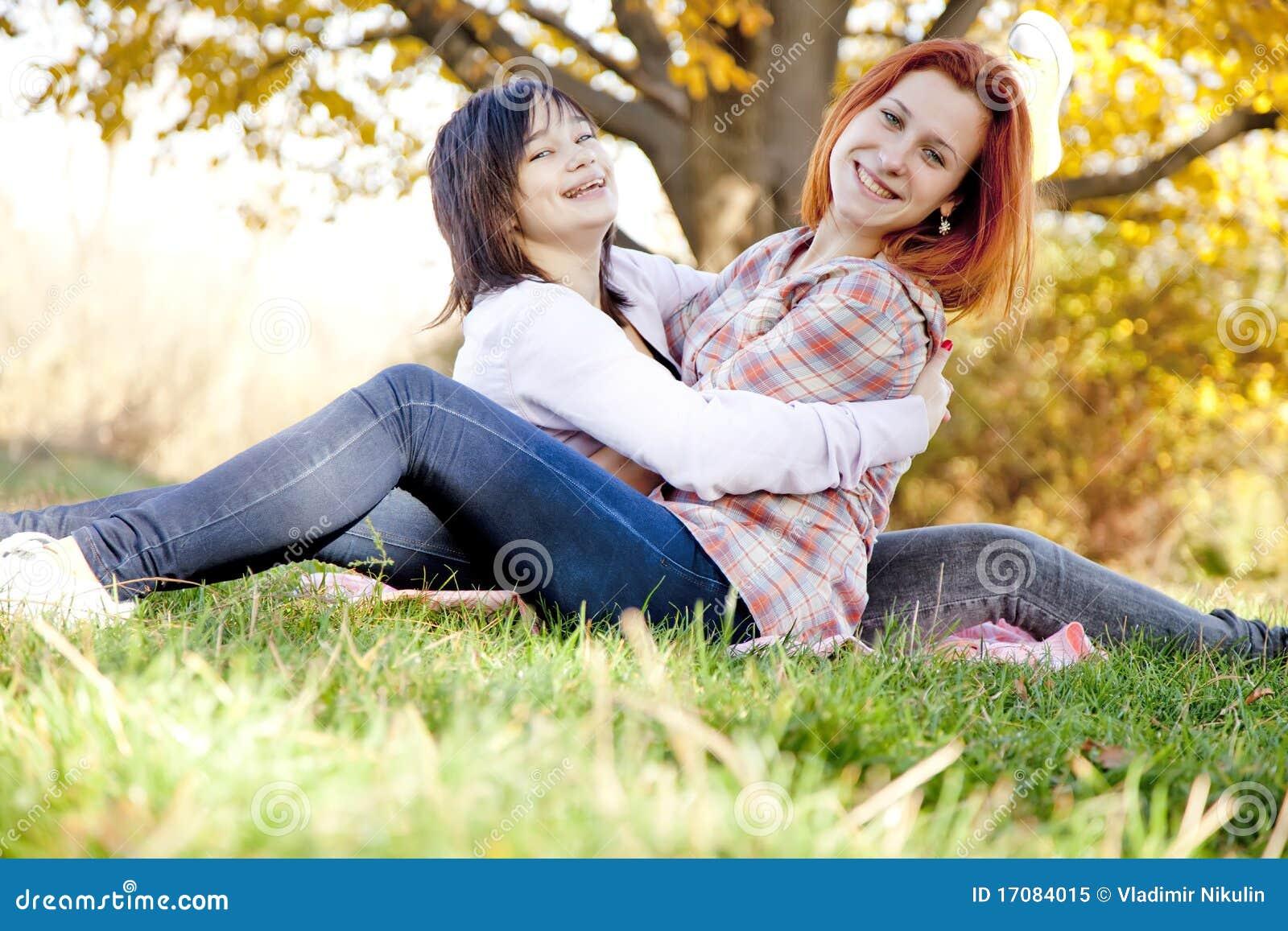 Duas amigas bonitas no parque do outono