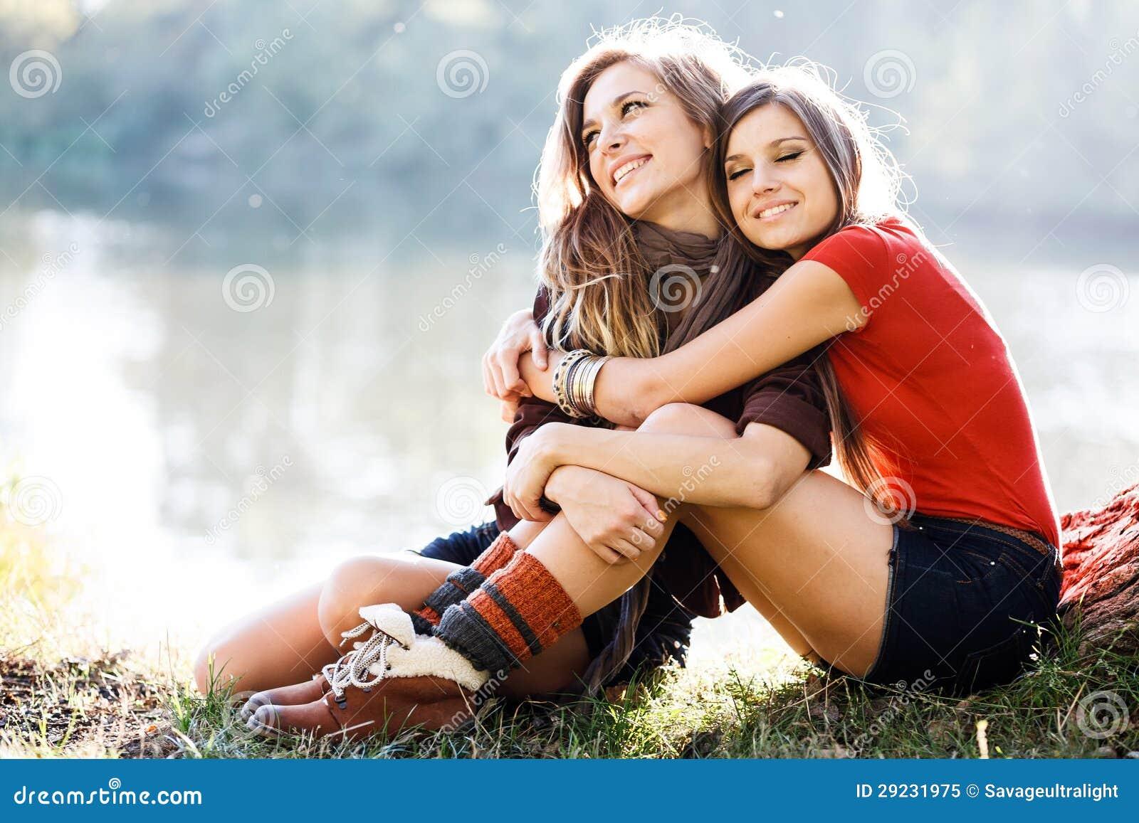 Download Duas amigas exteriores imagem de stock. Imagem de estilo - 29231975