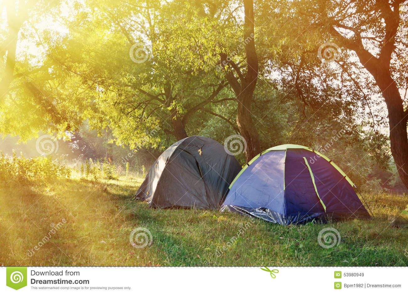 Duas barracas nas madeiras na manhã