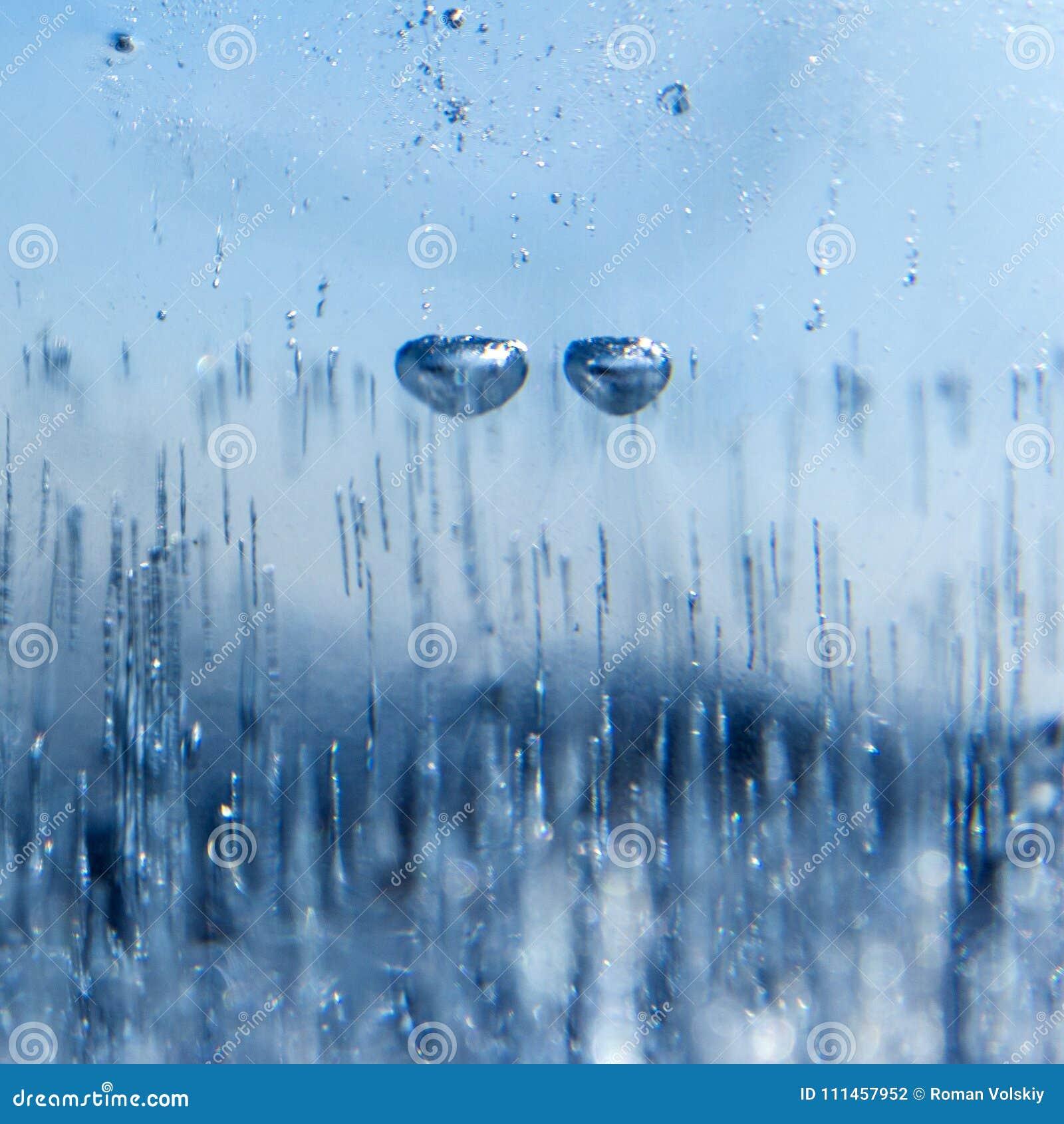 Duas bolhas de ar congelaram-se no gelo, como os olhos de um caráter do conto de fadas quadrado Emoção triste Fundo abstrato do i