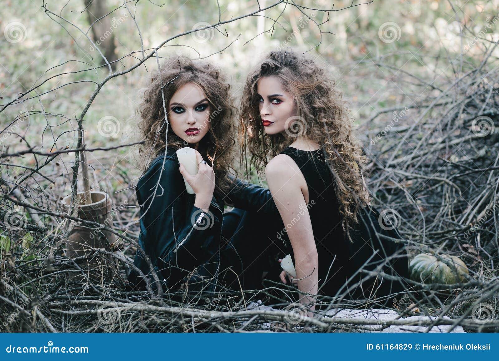 Duas bruxas do vintage recolheram a véspera de Dia das Bruxas