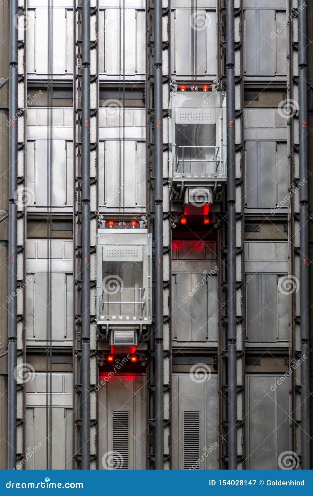 Duas cabines do elevador em um arranha-céus