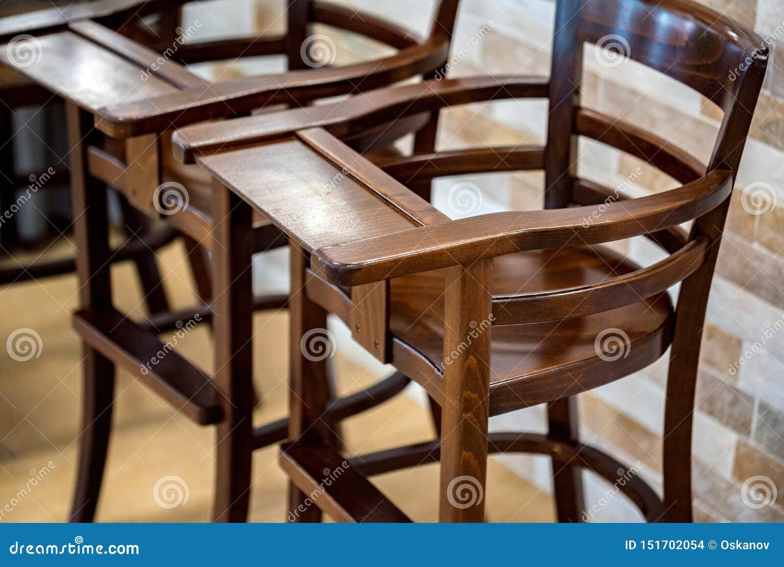Duas cadeiras de madeira altas para a opinião próxima dos bebês