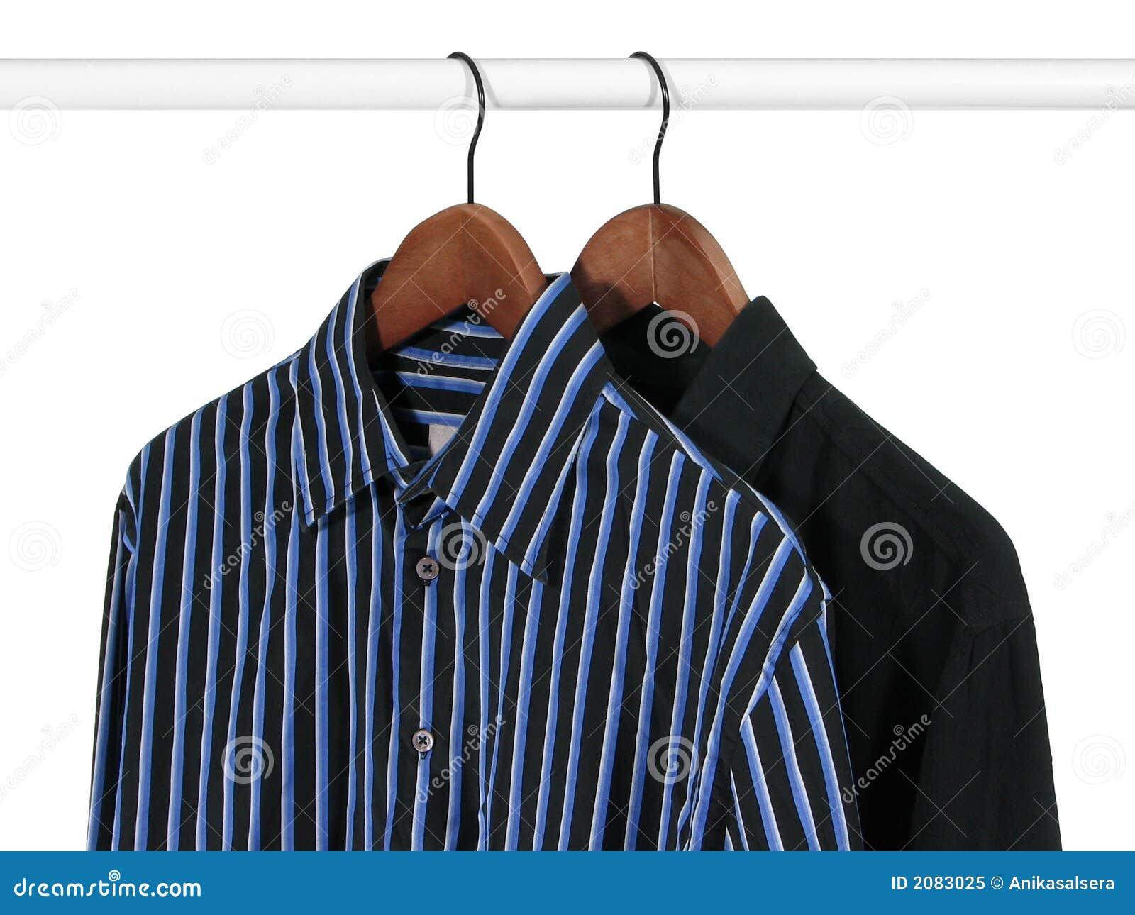 Duas camisas em uma cremalheira