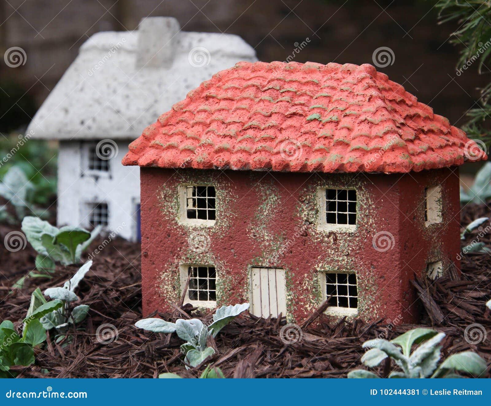 Duas casas diminutas são um jardim