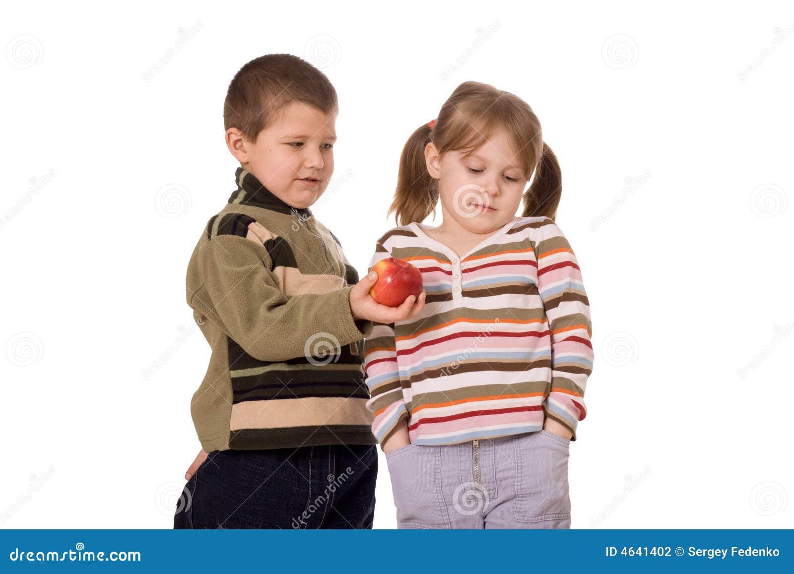 Duas crianças e uma maçã