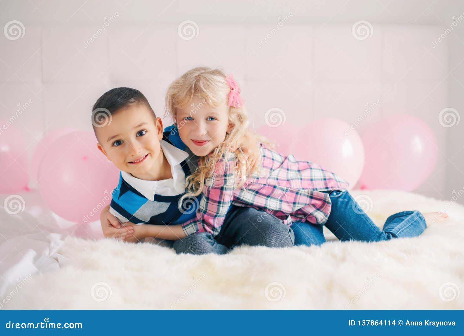 Duas crianças engraçadas adoráveis bonitos caucasianos brancas de sorriso felizes Menino e menina