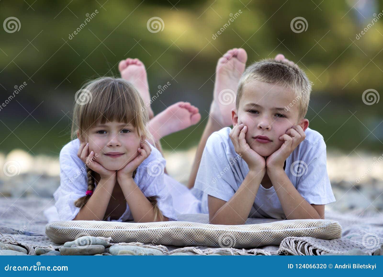 Duas Crianças Louras Bonitos Felizes Novas, Menino E