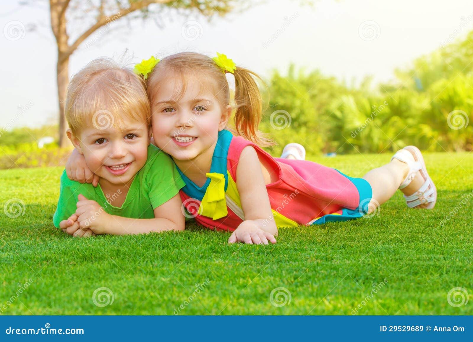 Duas crianças no parque