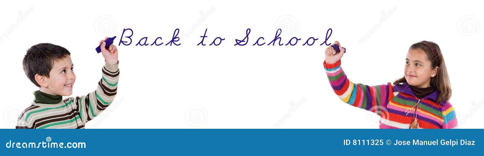 Duas crianças que escrevem de volta à escola