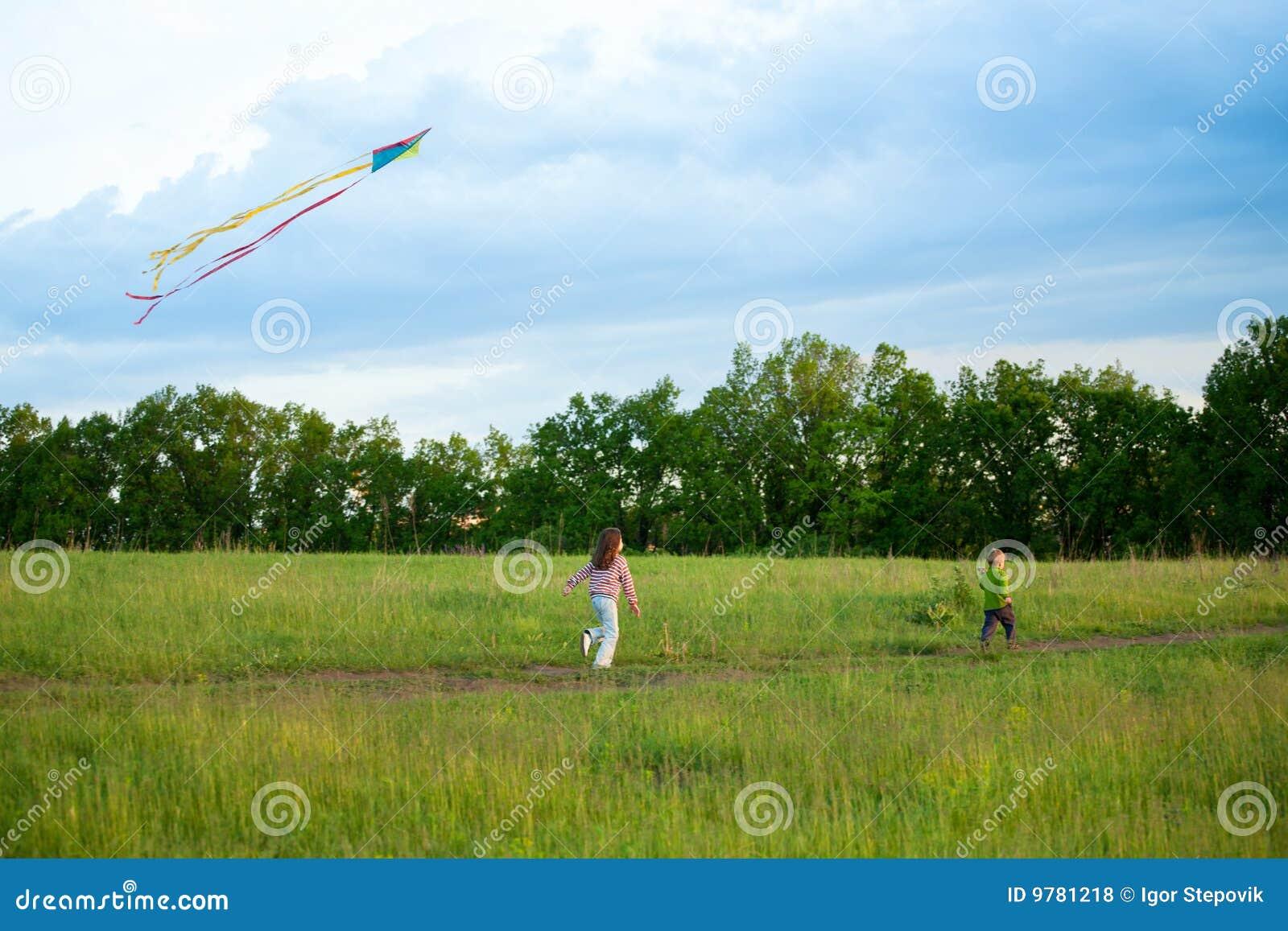 Duas crianças voam um papagaio
