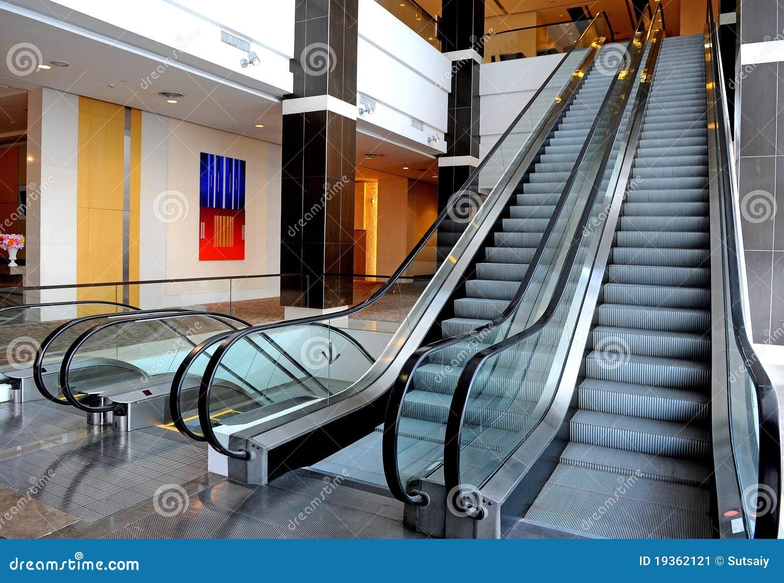 Duas escadas rolantes