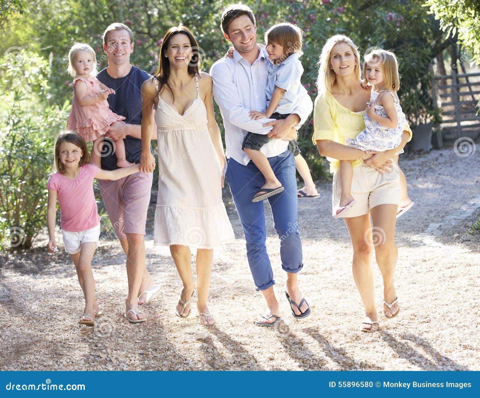 Duas famílias no país andam junto