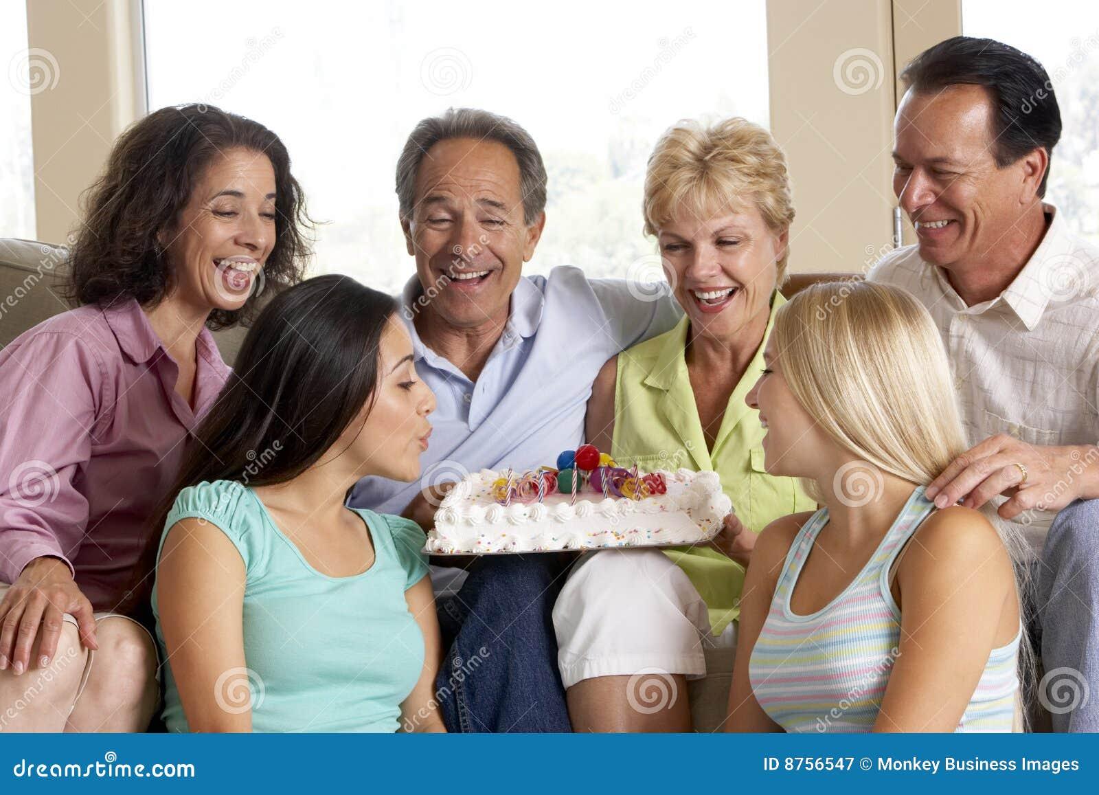 Duas famílias que comemoram um aniversário