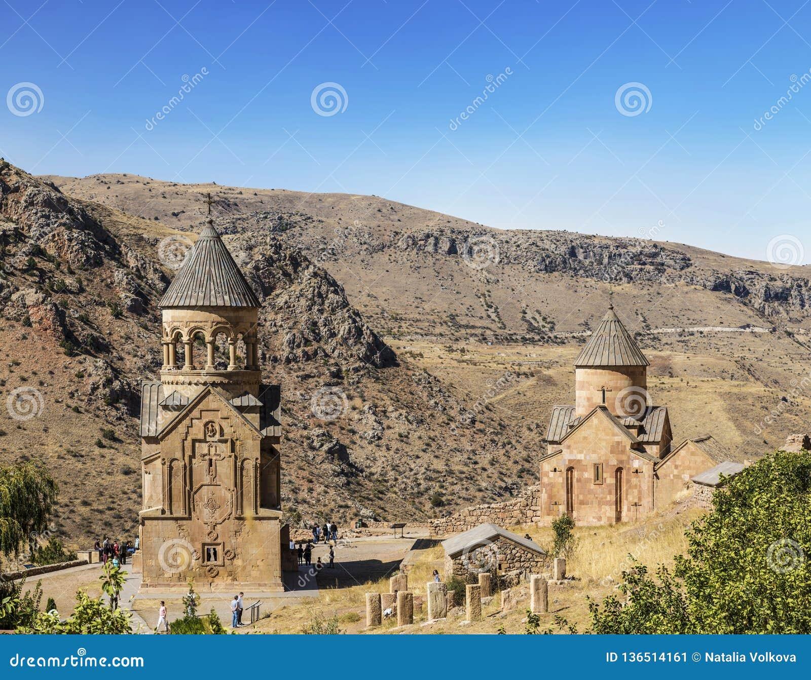 """Duas igrejas Surb Nshan do †medieval de Horomayr do monastério """"são ficadas situadas ao sudeste da vila de Odzun, região de Lor"""
