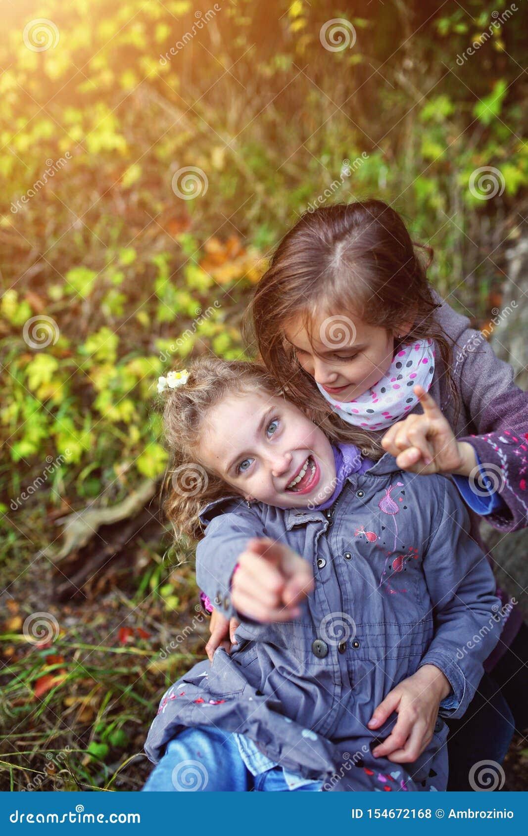 Duas irmãs que riem fora