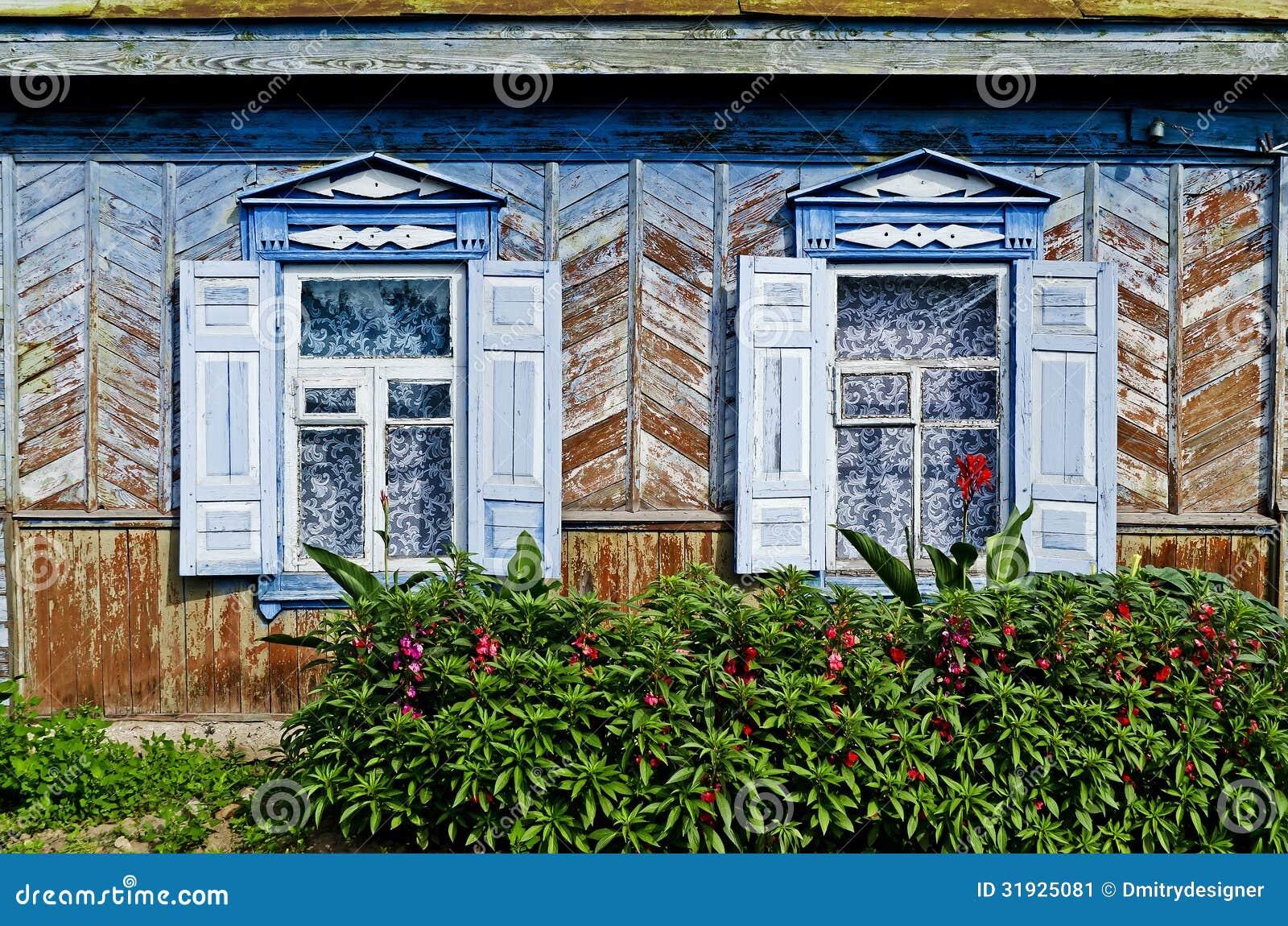 #1D4066 Duas Janelas Na Casa De Madeira Imagem de Stock Imagem: 31925081 580 Janelas Em Madeira De Lei