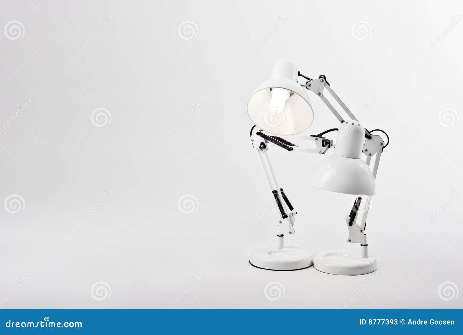 Duas lâmpadas de mesa em um pose