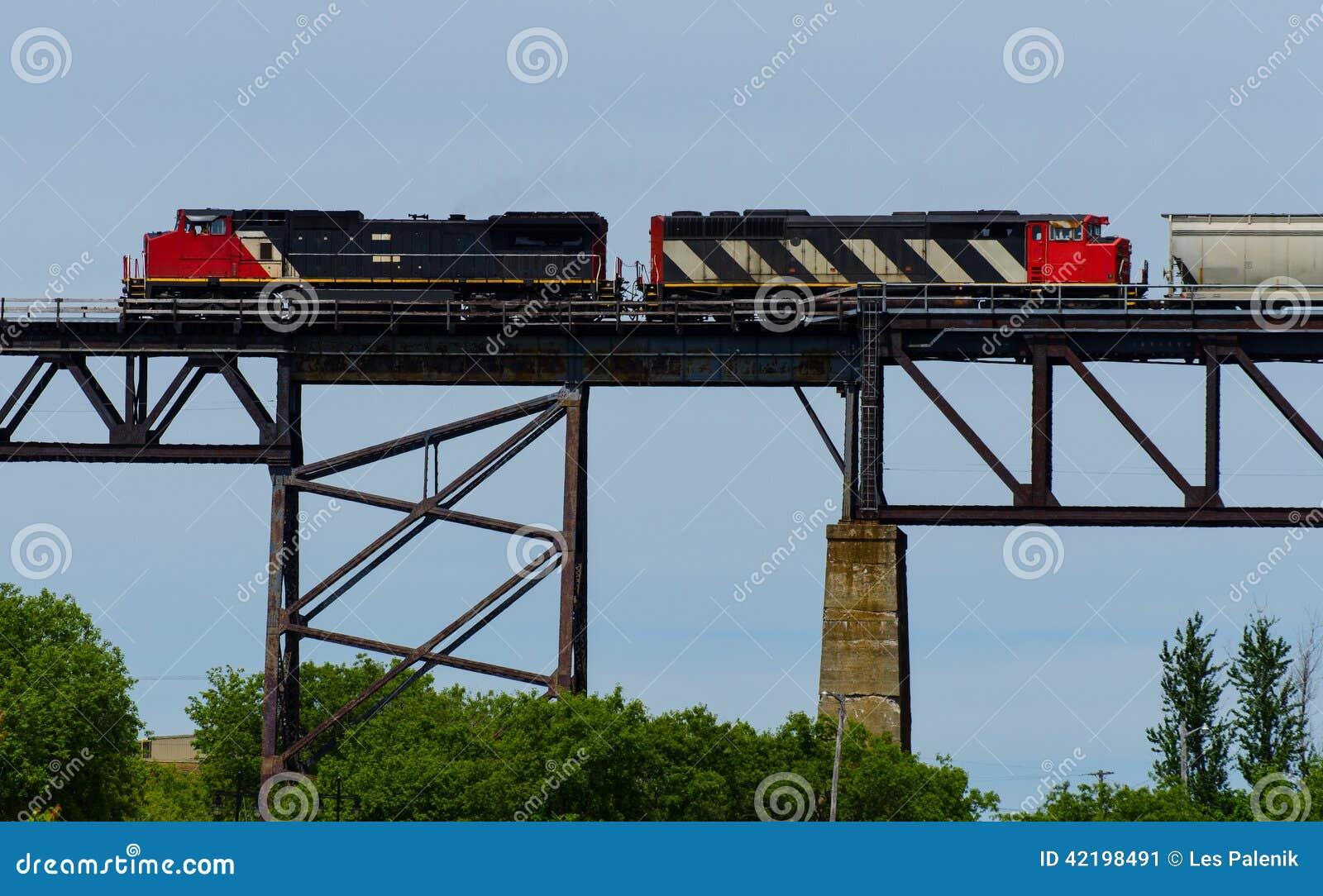 Duas locomotivas em uma ponte alta