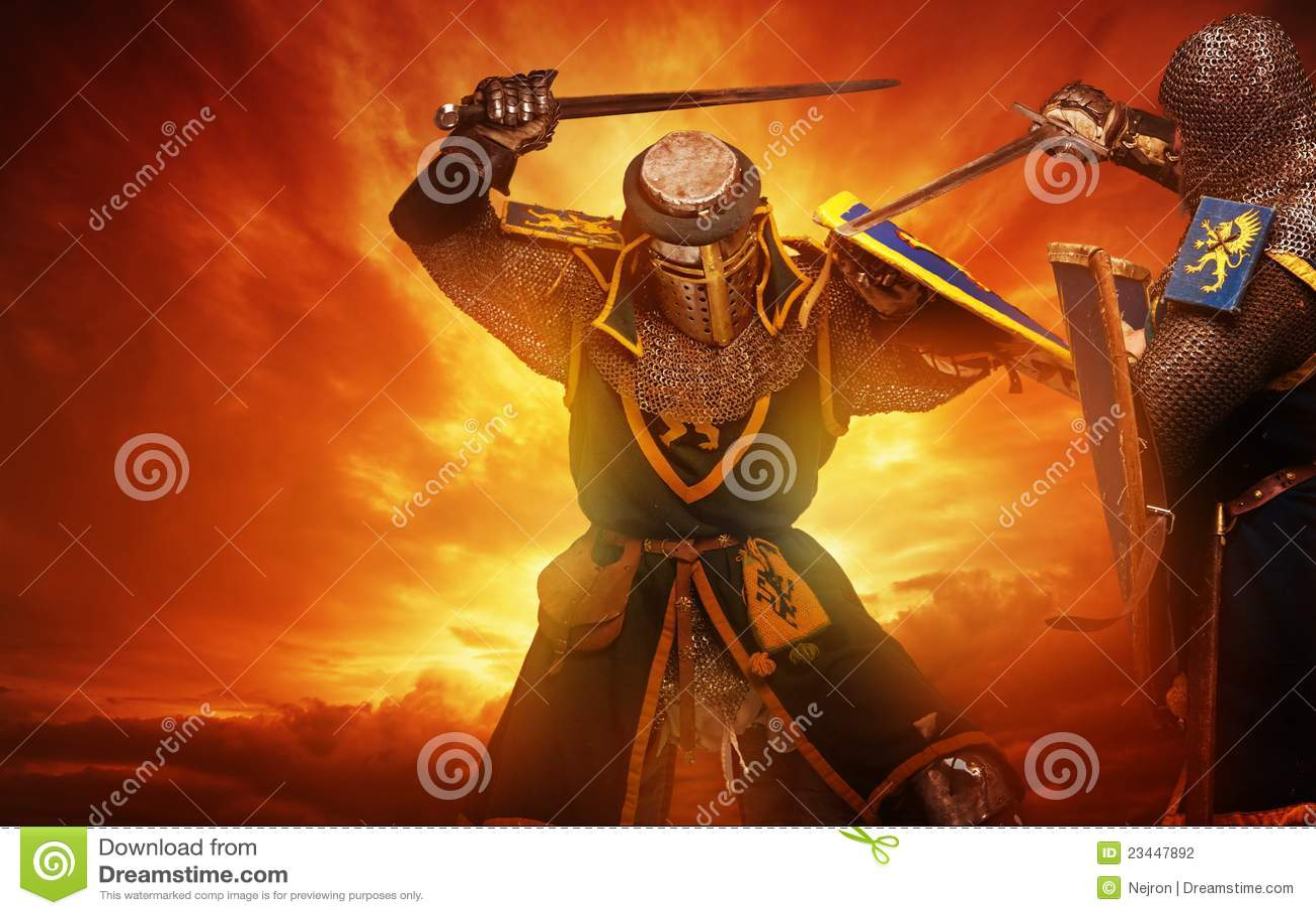 Duas lutas medievais dos cavaleiros de encontro ao céu tormentoso