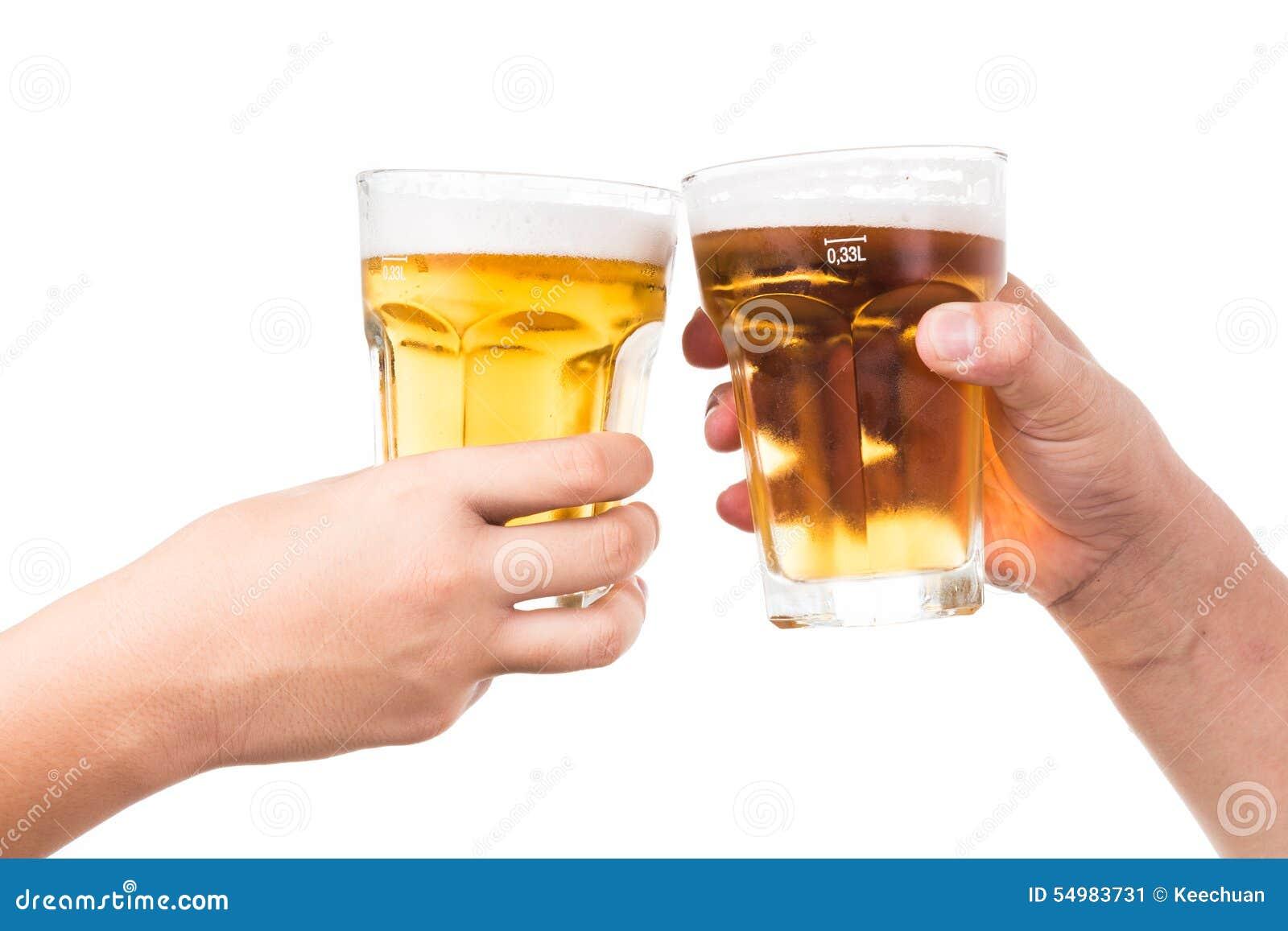 Duas mãos que brindam a cerveja fria de refrescamento