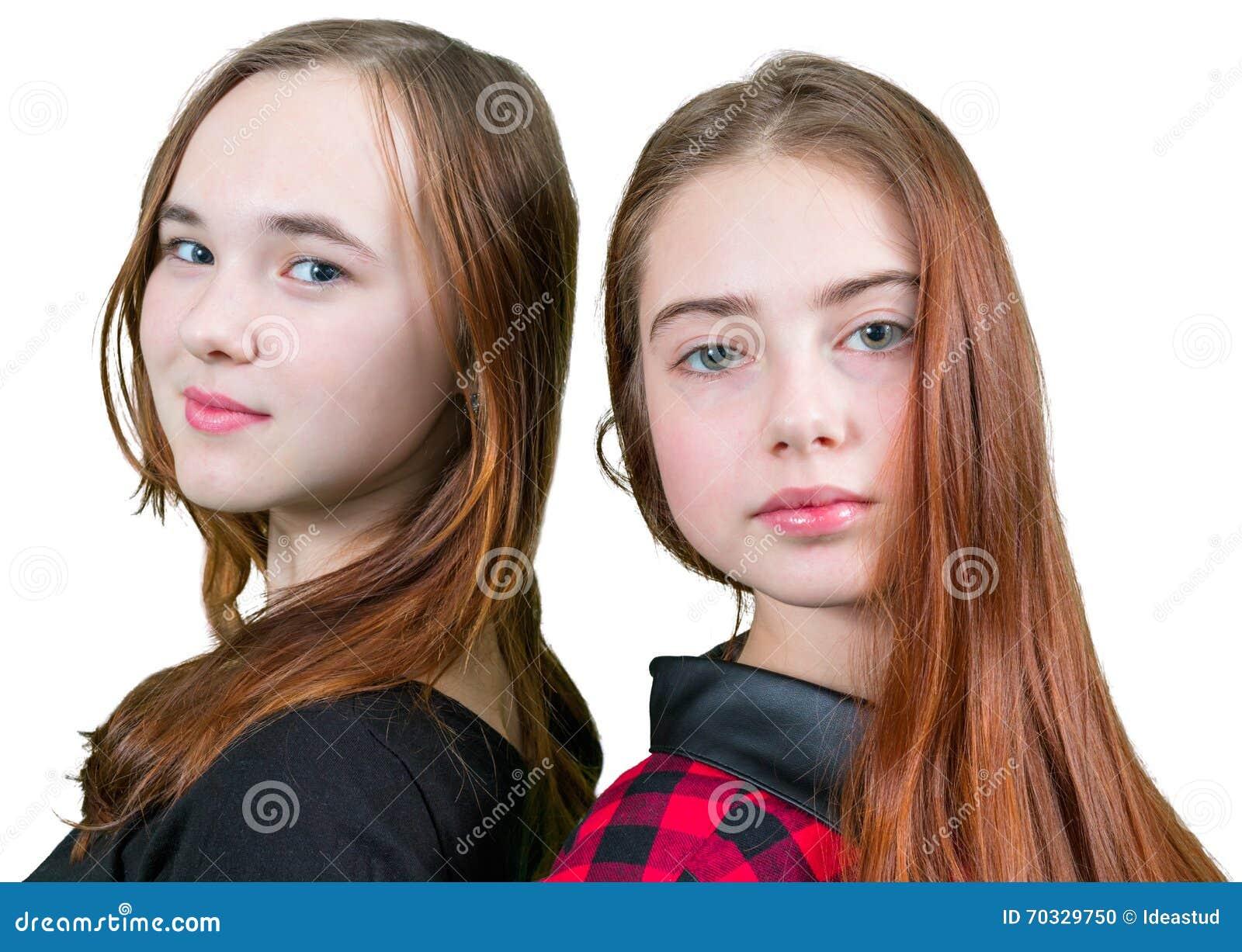 49275521f22 Duas Meninas Adolescentes Bonitas Na Roupa Vermelha E Preta Foto de ...