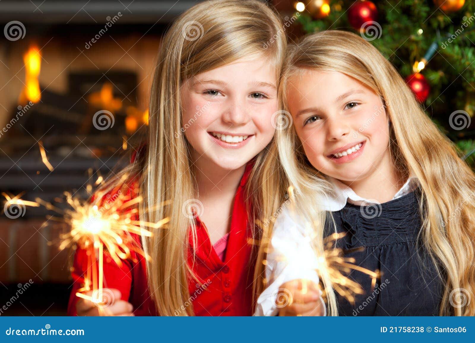 Duas meninas com sparklers