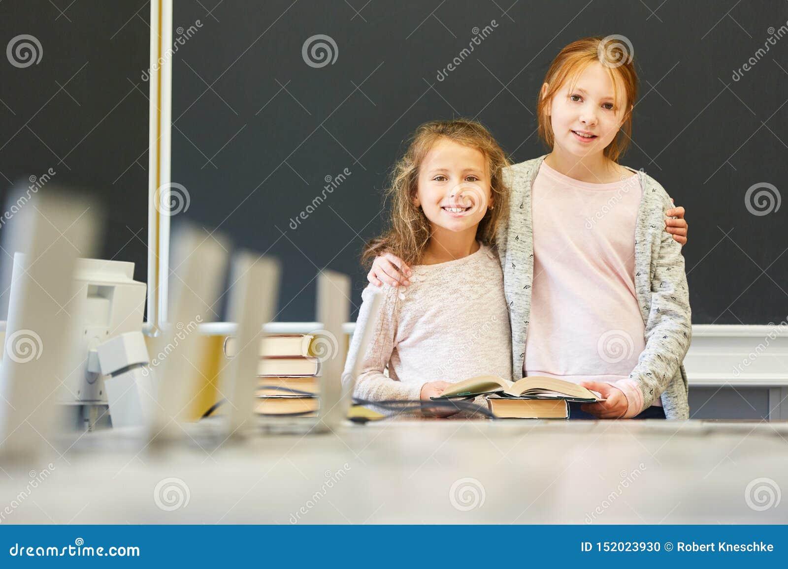 Duas meninas como amigas na escola