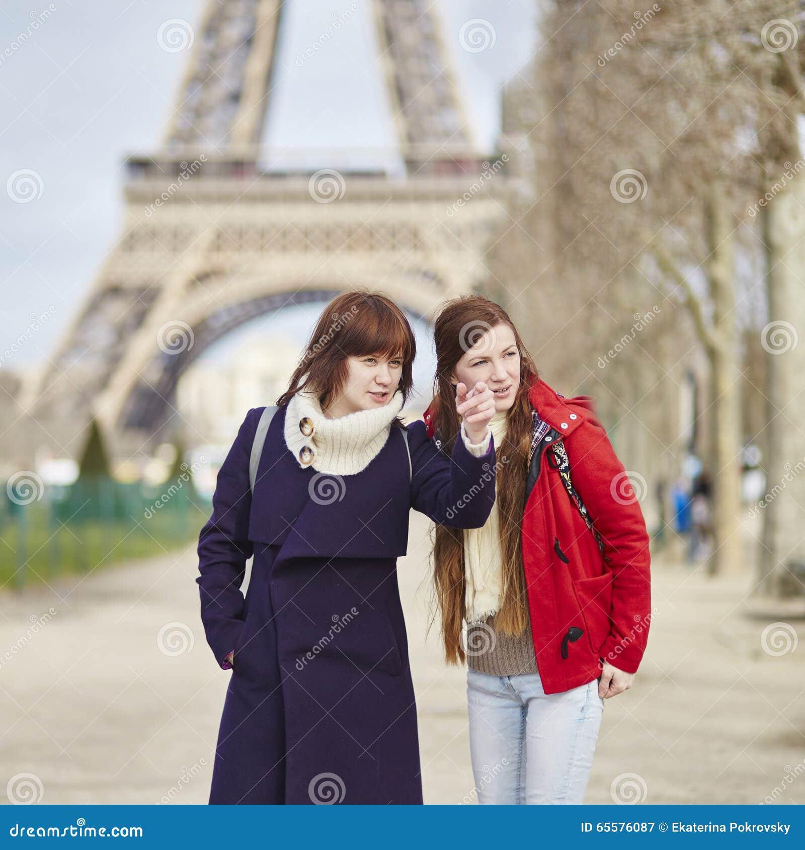 Duas meninas em Paris perto da torre Eiffel