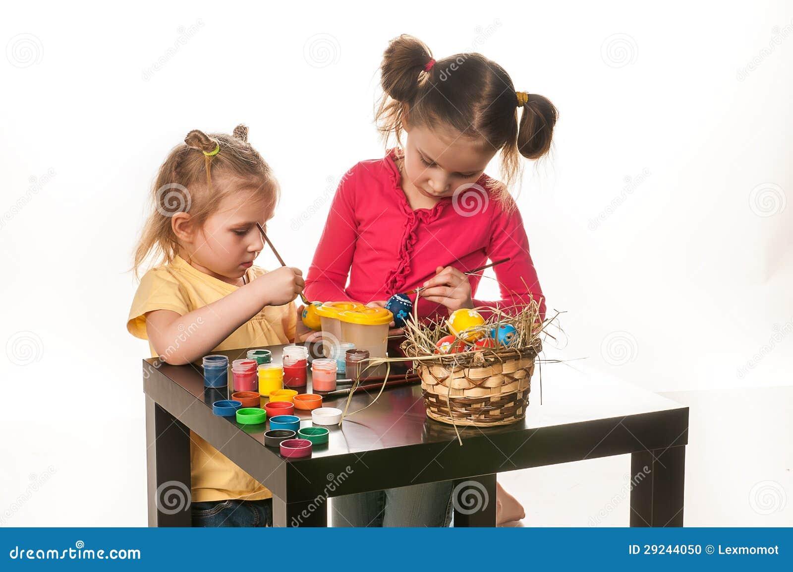Download Duas Meninas Para Pintar Ovos Da Páscoa Em Um Fundo Branco Foto de Stock - Imagem de jogar, treinamento: 29244050