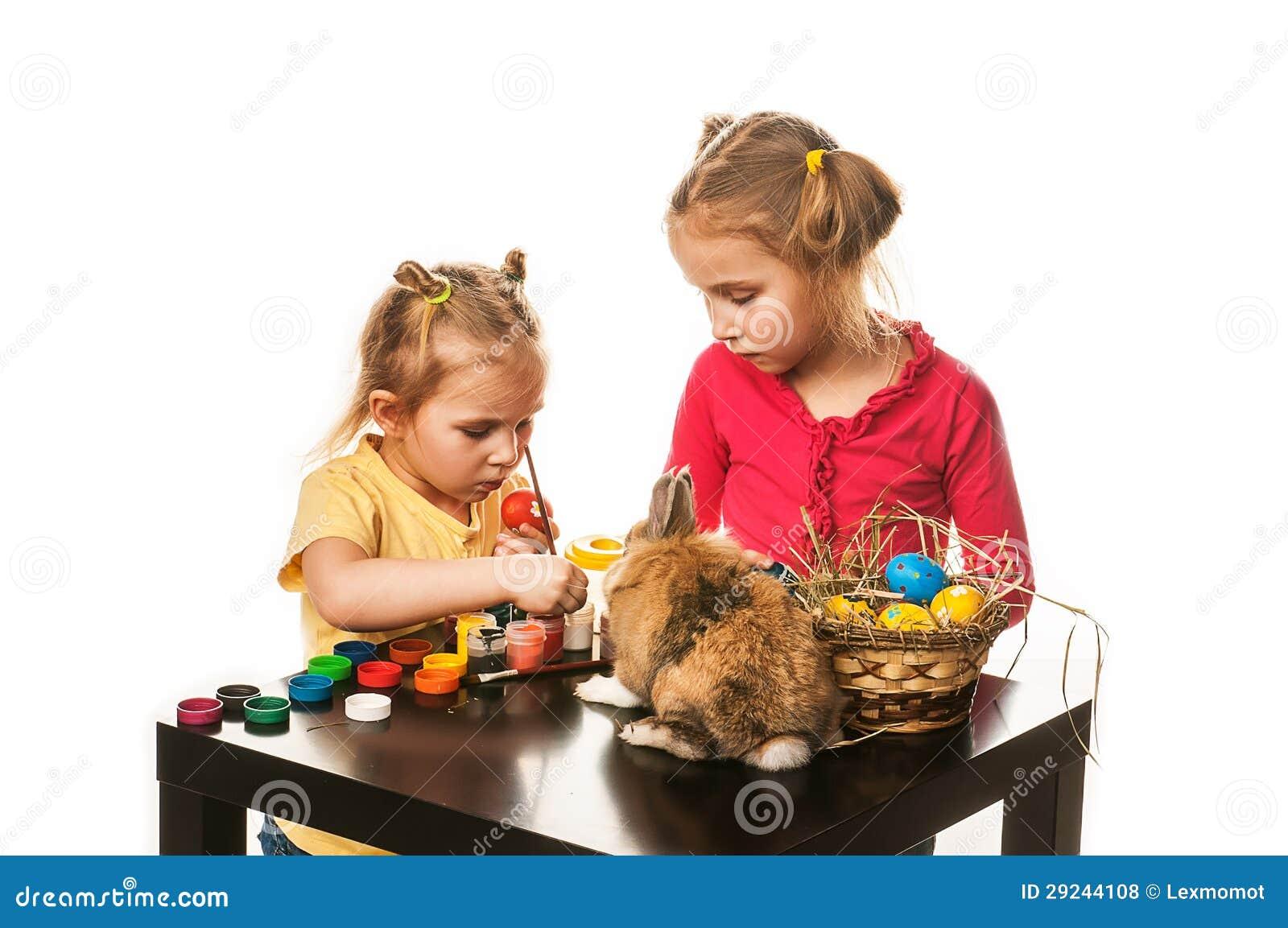 Download Duas Meninas Para Pintar Ovos Da Páscoa Em Um Fundo Branco Foto de Stock - Imagem de creativo, easter: 29244108