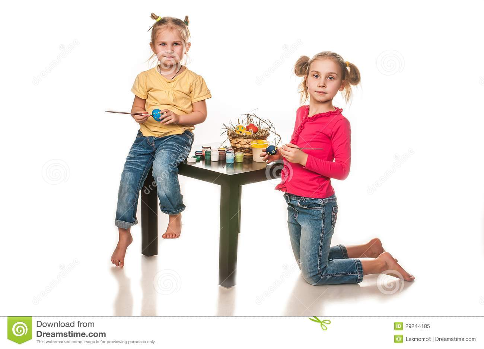 Download Duas Meninas Para Pintar Ovos Da Páscoa Em Um Fundo Branco Imagem de Stock - Imagem de tinta, cesta: 29244185