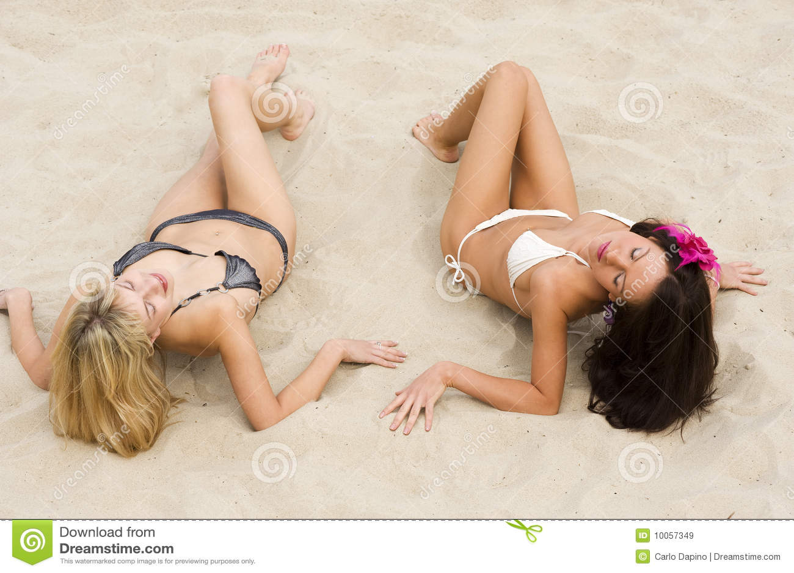 Duas meninas que colocam na areia
