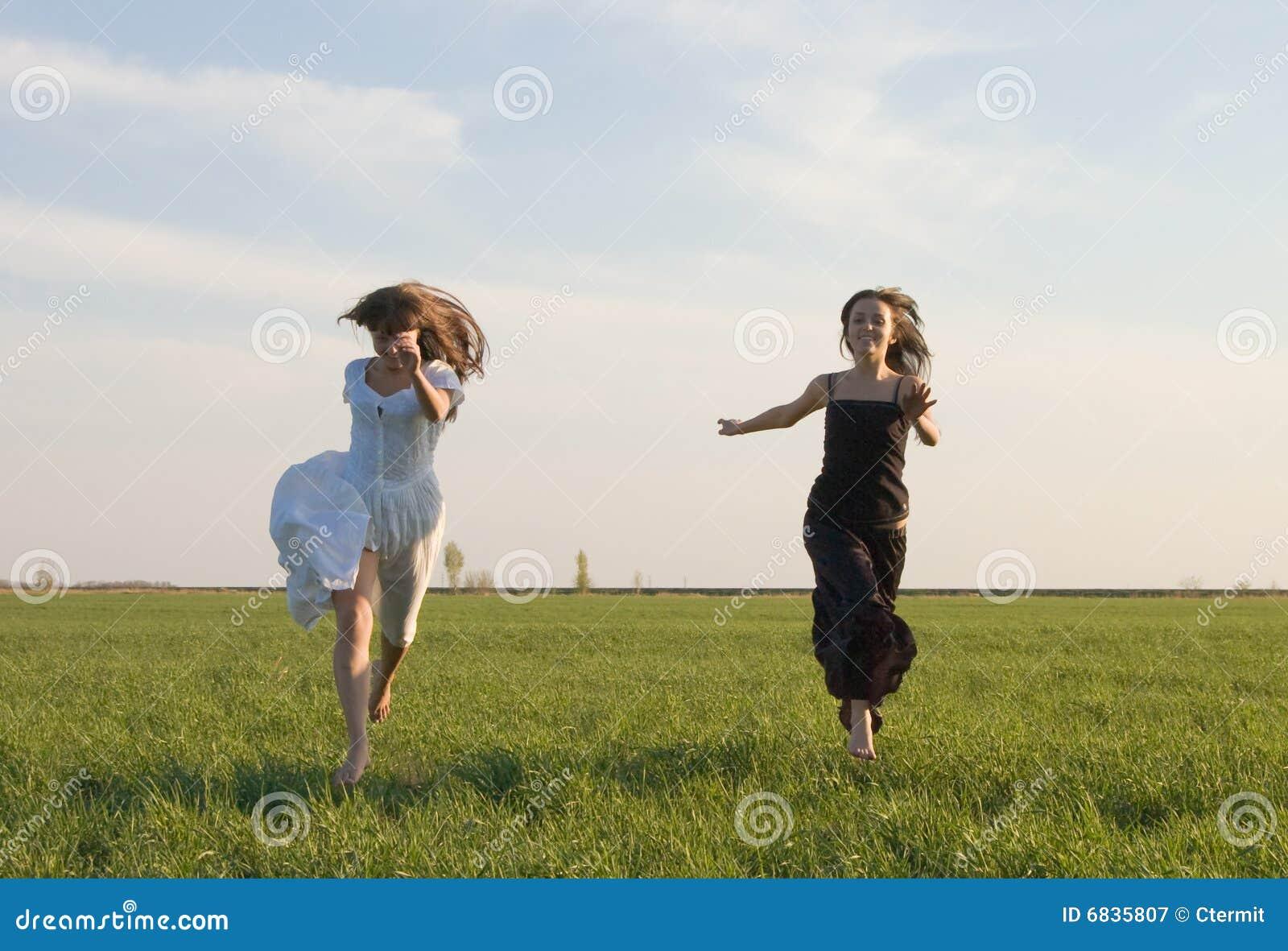 Duas meninas que funcionam no campo 2