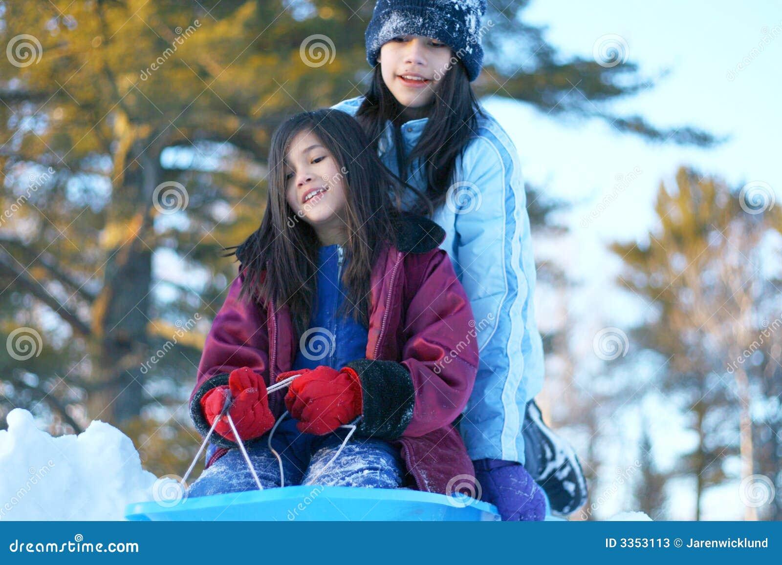Duas meninas que sledding
