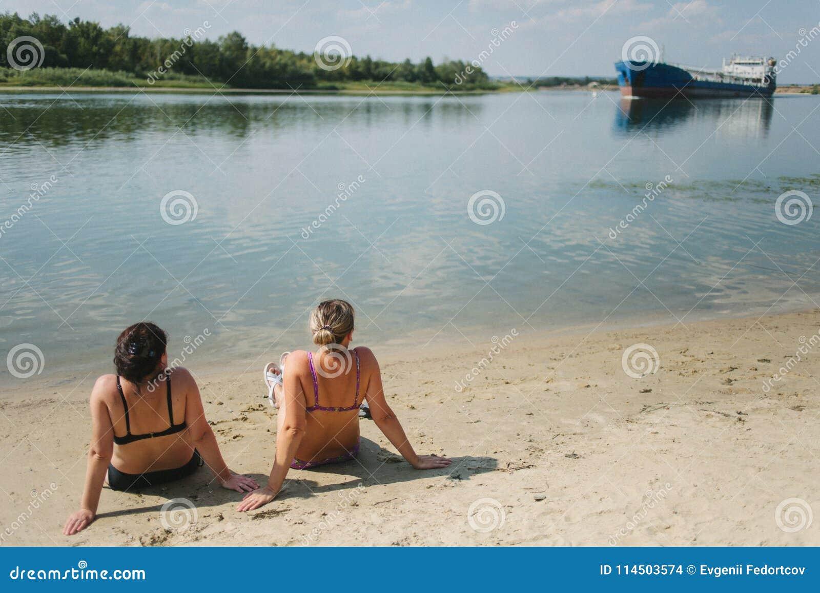 Duas meninas tomam sol