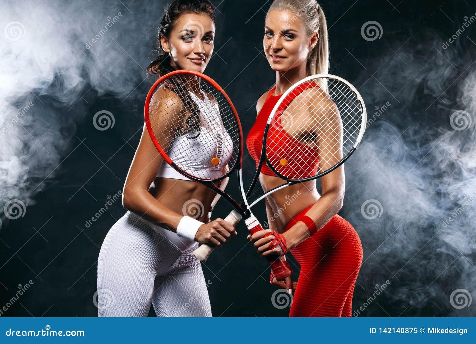 Duas mulheres atleta e jogadores de tênis no fundo preto Conceito do esporte e do tênis