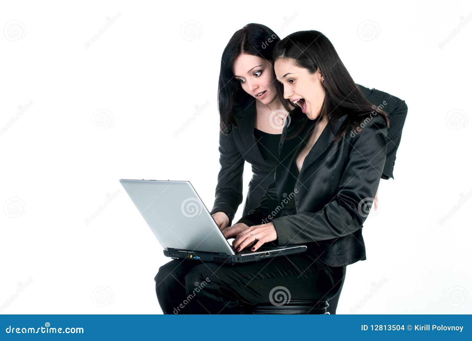 Duas mulheres com portátil