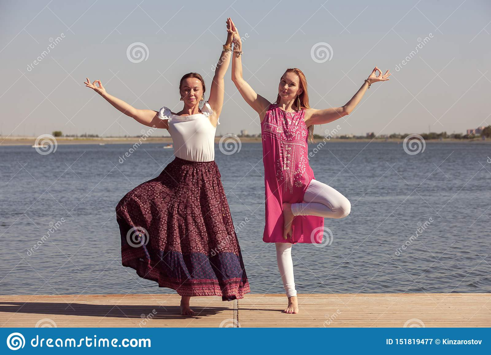 Duas Mulheres Maduras Que Mant?m O Ajuste Fazendo A Ioga
