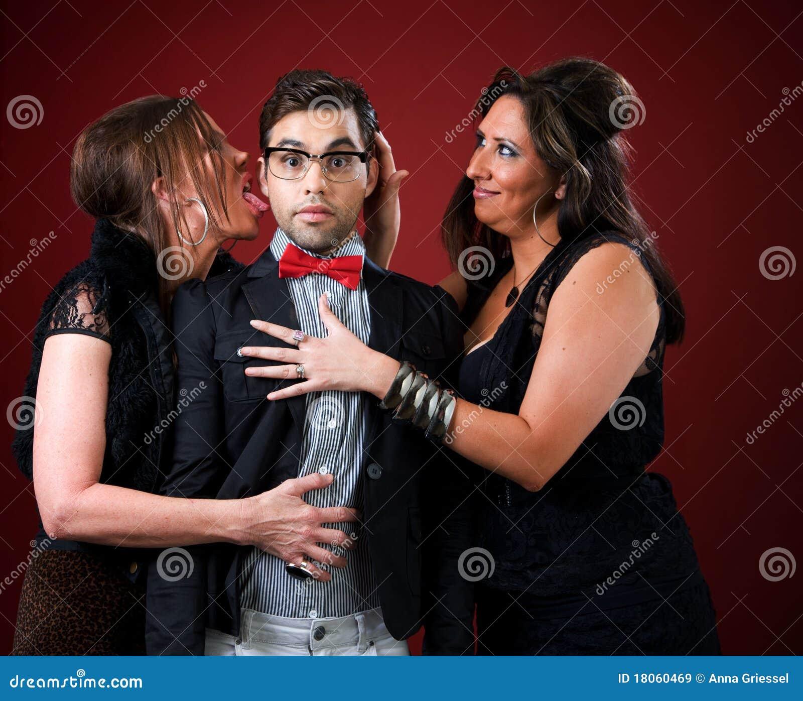Duas mulheres mais idosas com um homem novo tímido