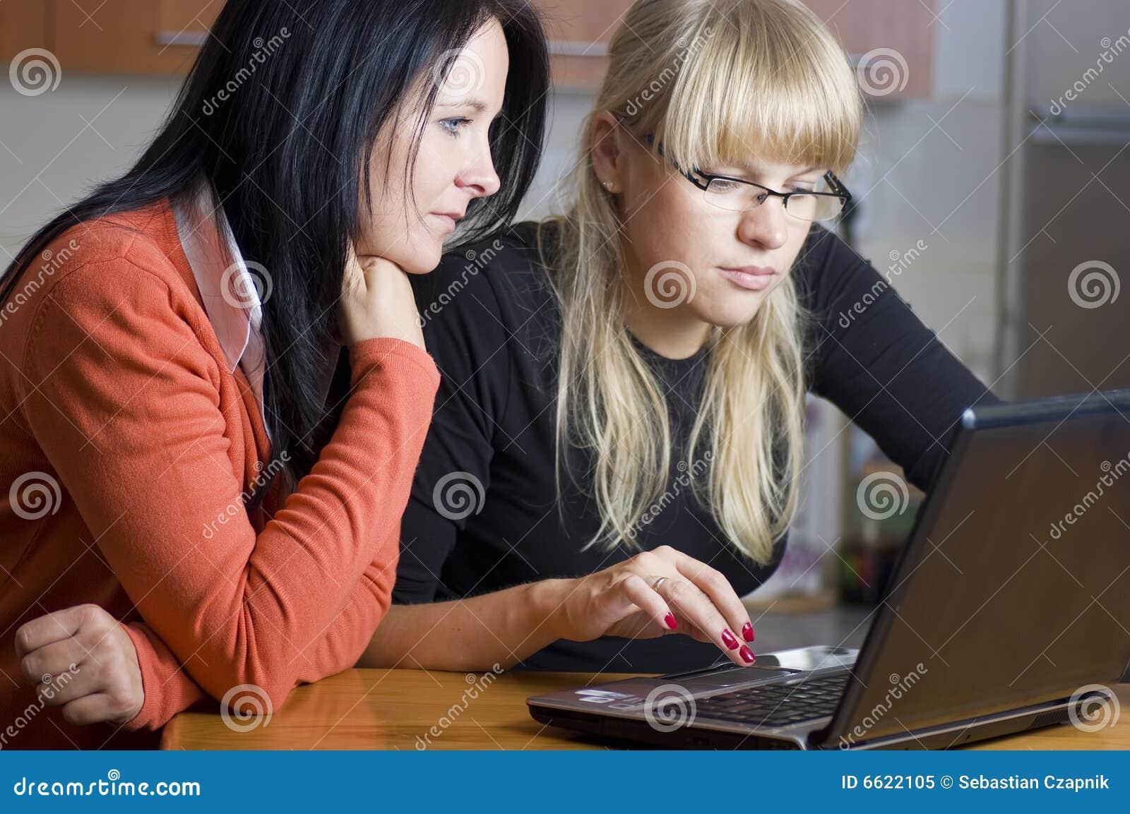 Duas mulheres no portátil