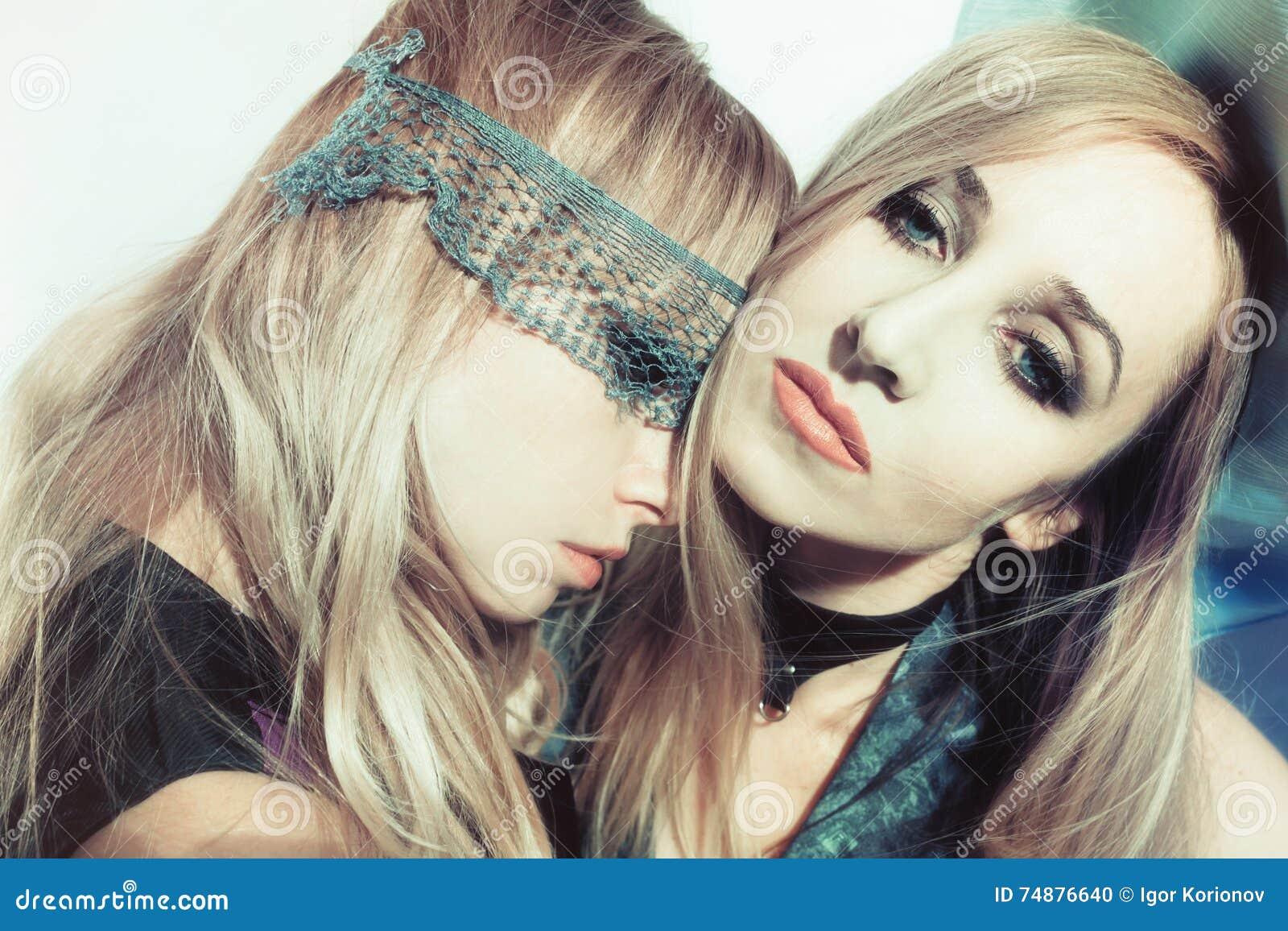 Duas mulheres novas bonitas