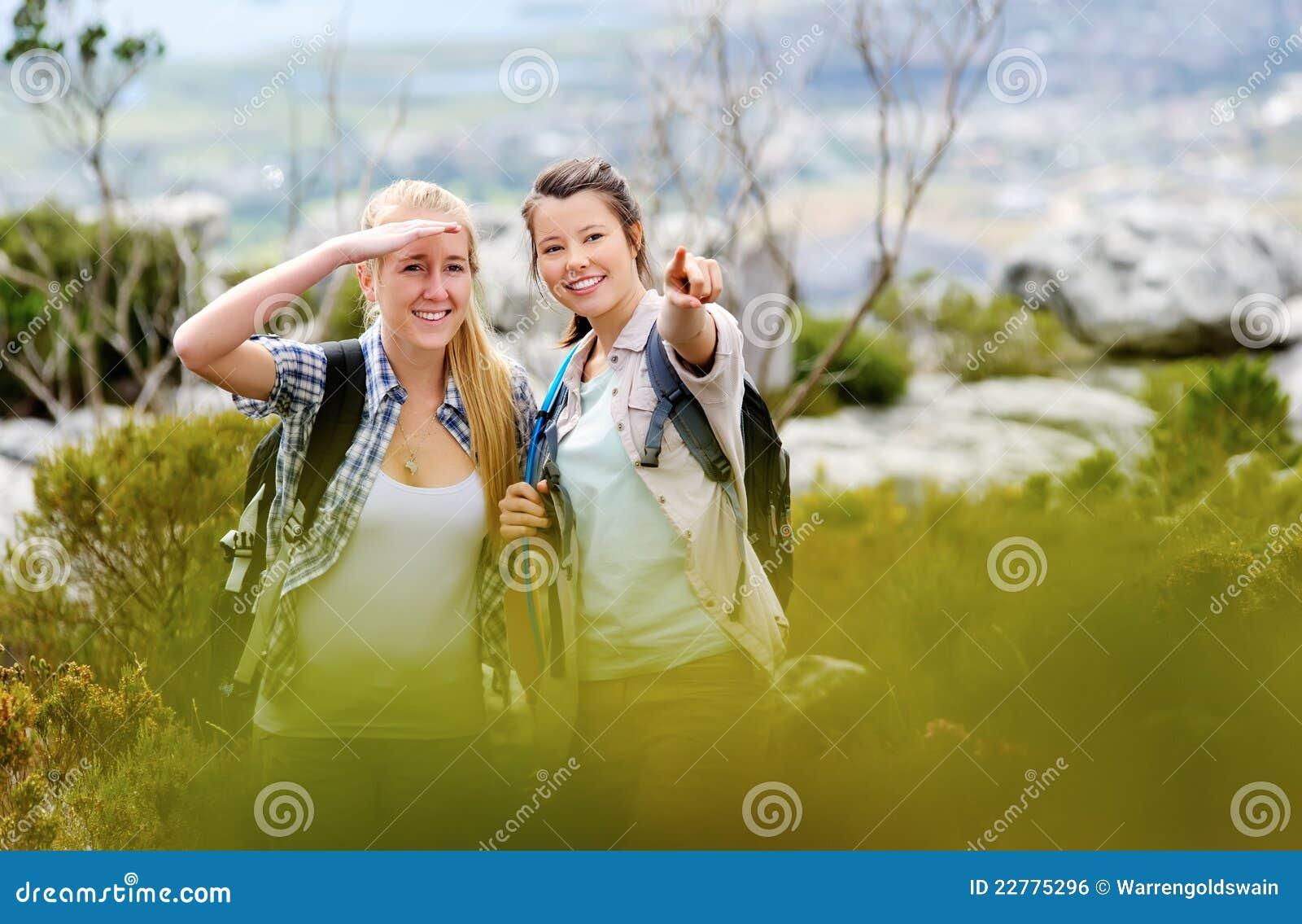 Duas mulheres que apontam e que anticipam ao caminhar
