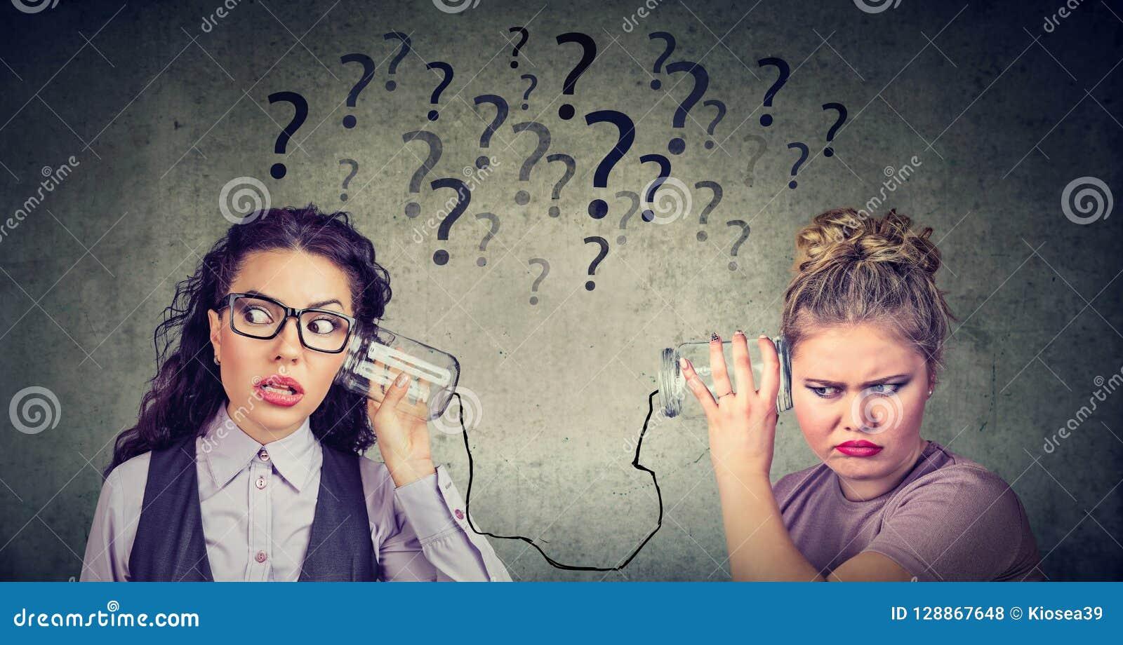 Duas mulheres que incomodam uma comunicação